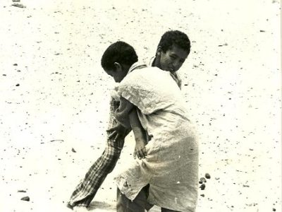 Niños Saharauis Luchando en las Playas del Aaiún. Año 1974. Colección de César García García